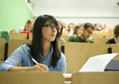 Eine Studentin hört eine Vorlesung im Hörsaal des Geomatikums der Universität Hamburg