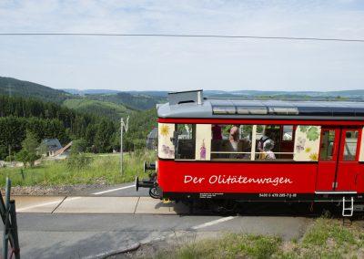 Die Bergbahn mit Olitätenwagen auf dem Weg von Cursdorf nach Lichtenhain