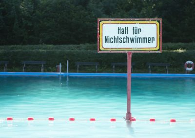 Das Freibad in Schwarzburg liegt unterhalb des Schwarzburger Schlosses im Wald direkt neben der Schwarza.