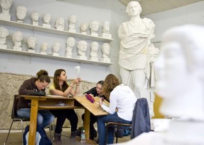 Studentinnen der Archäologie zeichnen Gipsskulpturen