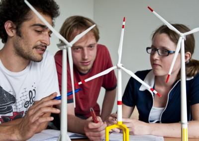 Doktoranden der Ingenieurwissenschaften und Physik mit Schwerpunkt Windenergieforschung im Dialog zur Bauweise von Windrädern.
