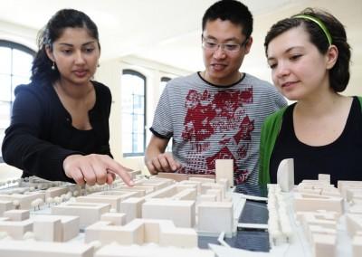 Studenten mit dem Modell der Hafen City Universität