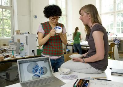 Zwei Studentinnen am Fachbereich Design der HfbK in Hamburg.