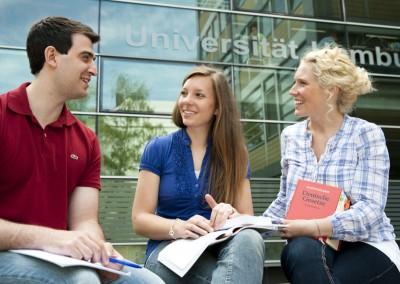 Studenten unterhalten sich auf dem Campus der Universität Hamburg
